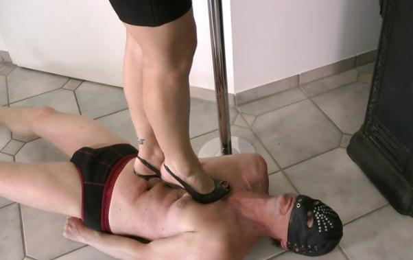 Плотная проститутка топчется по рабу